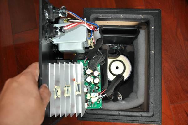 如图18所示我们可以看到,连接喇叭单元和电路板之间的所有线缆都使用