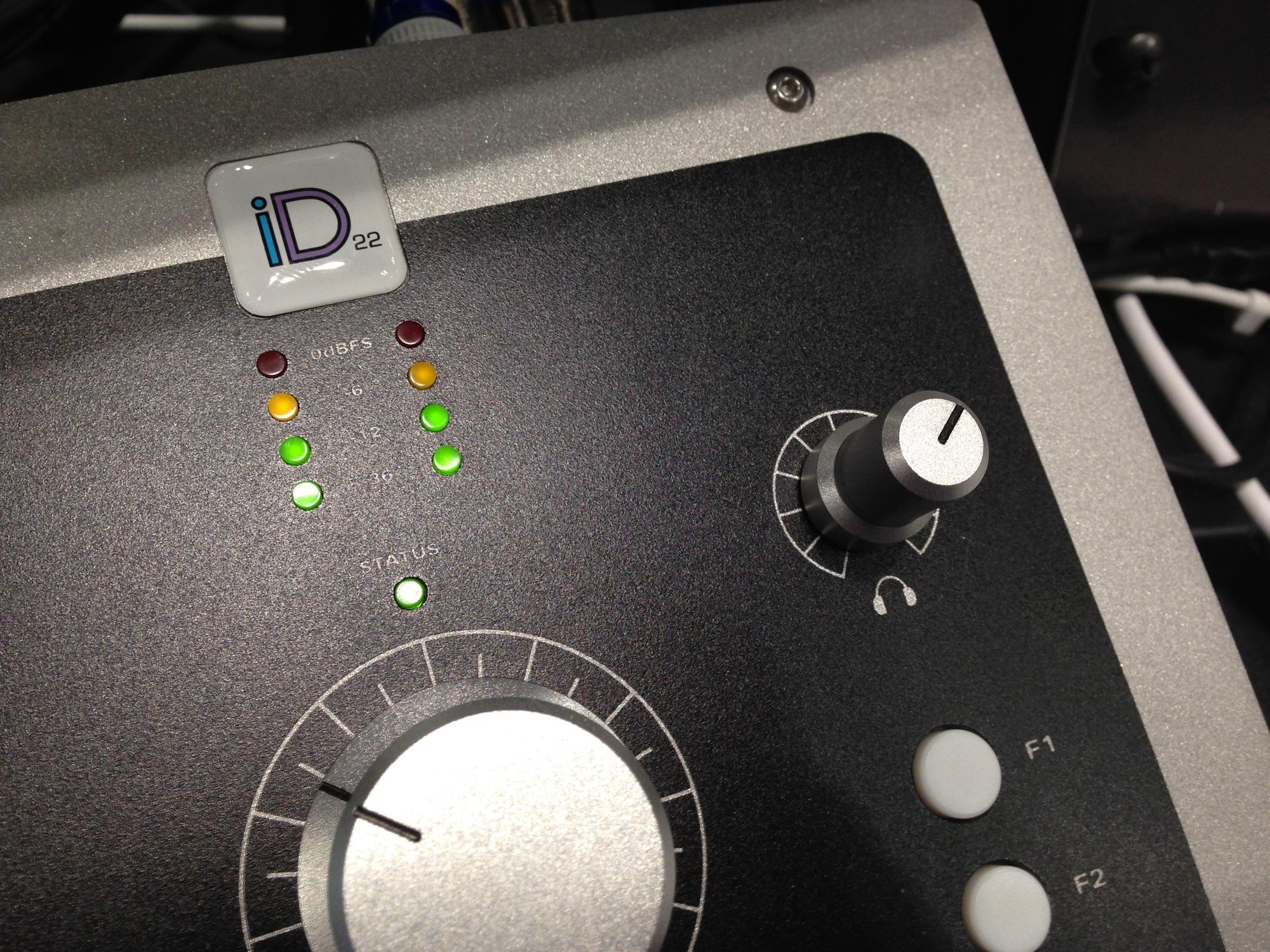 Audient iD22是一个内置了AD/DA的监听控制器,所以也可以作为一个USB 2.0的音频接口来使用,监听和音频接口合二为一。 iD22的外观看起来就是很正统的监听控制器的样子:  两个话放的增益旋钮和一些参数开关,包括48V幻象供电、-10dB衰减、反相和低切:  60dB标准增益的话放:  手感很好的监听音量大旋钮,下面是带LED背光的衰减和低切快速总开关:  耳机监听音量旋钮,下面的F1-F3是可自定义的功能按钮,比如输出切换、对讲切换和单声道混合等等功能可在软件里设置,四个LED灯的电平表