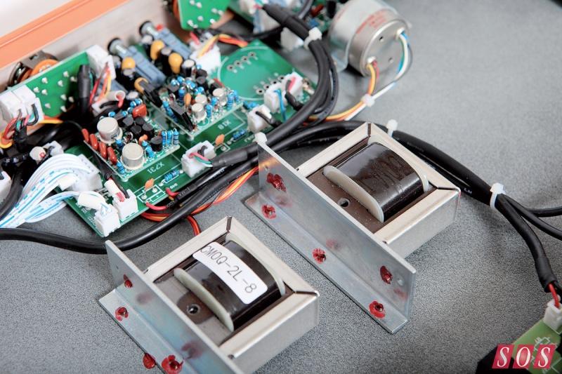这款经典的分立元件设计的API 312话筒前置放大器最初是被设计为API公司调音台输入通道,它为摇滚音乐的声音做出了重要贡献,特别是美国摇滚。API公司仍然在生产这款源于70年代早期设计的前置放大器,其他一些制造商也依然在自己的产品中使用这款放大器,基于以下几个原因。首先,312放大器的声音非常棒,它的声音丰厚而有力,且中频段清晰。其次,它的设计非常简单,仅仅由一对输入、输出变形器和一个单独分立的、A类放大器组成。这意味着一个基于312设计的前置放大器不仅易于生产(当然你需要高质量的配件),而且这样的原始