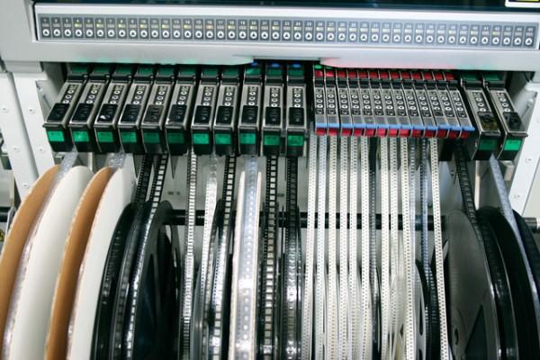 集成电路板先是交给smd贴片机来组装