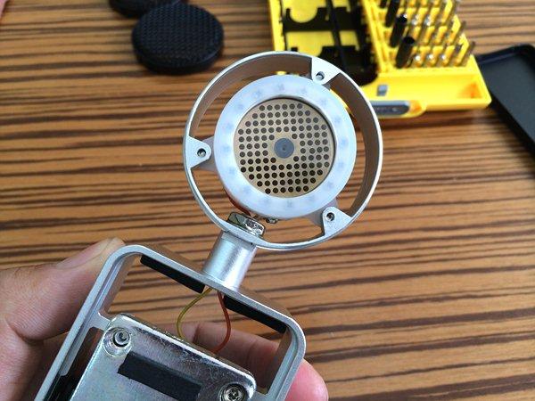 图24:拆解开的K800,几乎全部外壳部件都是金属做成 这款K800话筒的表现非常令人满意甚至是惊讶,因为毕竟它的价位还不到千元,但素质却非常不错,甚至可以说是惊人的。下面谈一下试用主观听感简评: 1,灵敏度很高,很好推,话放不到11点位置就可以捕捉到几乎全部声音细节,而且还可以继续往上推。只要录音室隔音环境好,K800能够清晰录到各种细节,甚至是喘气声或是一张纸飘落在地上的声音都纤毫毕现。官方称其使用了Lownoise Junction FET3.