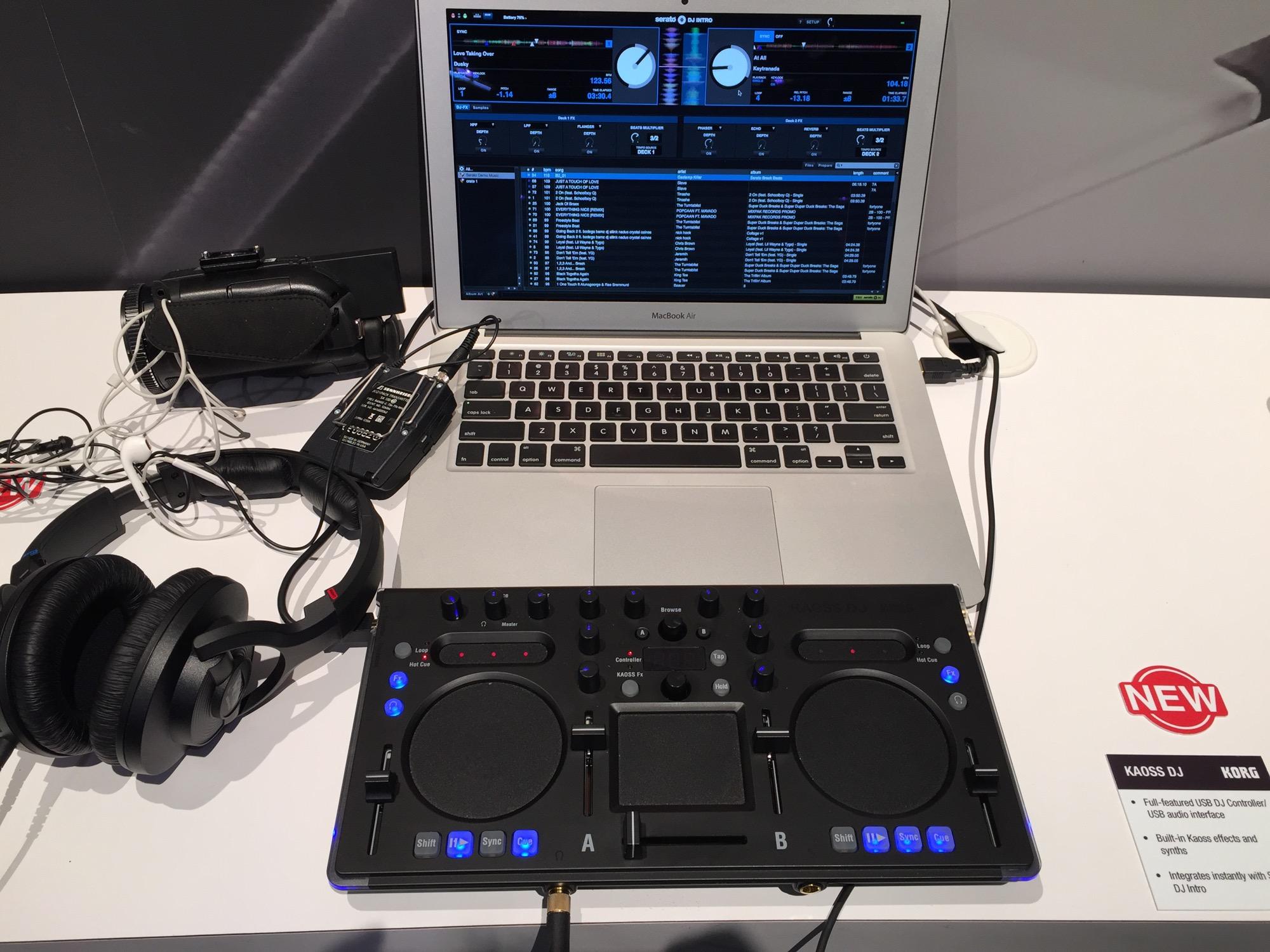 KAOSS DJ 是一款 USB 兼独立运行 DJ 控制器,它具有一个内置的 KAOSS PAD,Korg 知名而独特的触摸板效果设备。 本文为NAMM SHOW 2015展会现场报道,感谢中音公司为midifan提供独家赞助。  Kaoss DJ其实就是个标准的USB DJ控制器:  左右两个转盘变成了Kaoss Pad触控:  Loop或Cue点也可以通过触控来找:  中间这个才是标准的Kaoss Pad其实,手指在XY轴上移动即可加入效果,Desk A和Desk B可单独通过推子控制所加入的效果量: