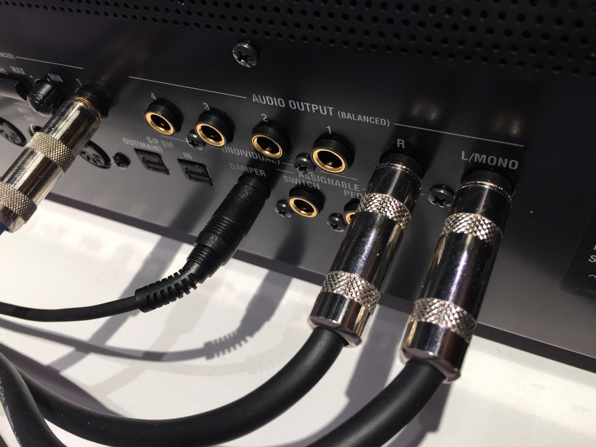 3组立体声音频输出,三个踏板输入,音频接口都使用了镀金来保证品质