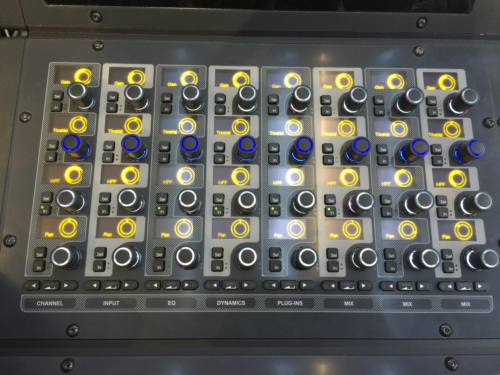 S6L是模块化概念的Venue现场控台,24bit/96kHz的处理能力,与Pro Tools软件和AAX插件无缝连接。 本文为Musikmesse 2015展会现场报道,感谢传新科技公司为midifan提供独家赞助。  每一路推子下面有代表其编组的颜色LED灯,让你在黑暗里也知道谁是谁:  每个旋钮上面都有LED屏幕表示的虚拟旋钮,让你知道当前数值和参数等信息:  三个大触摸屏幕可分别显示不同内容,比如通道条:  全部输入通道的全局预览:  你还可以外接额外的显示器显示更多内容:  主控模块:  接口箱