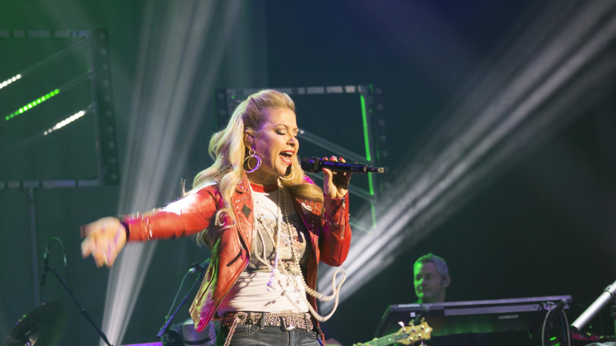 女歌手手举话筒海报剪影素材