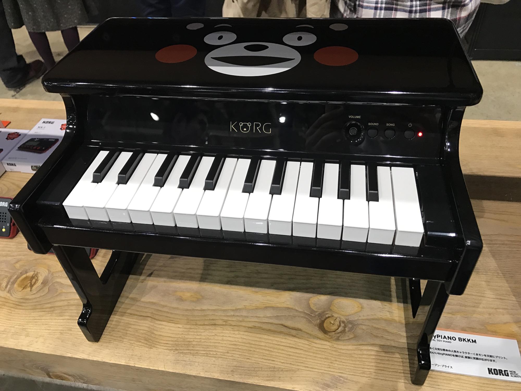 熊本熊 tinyPIANO 微型钢琴是有着熊本熊特殊涂装的tinyPIANO,其销售收入的一部分将捐给熊本地震灾区重建。  tinyPIANO是个针对婴儿的微型钢琴,是个老产品了。但在今年熊本地址之后,Korg推出了熊本涂装的特殊版本tinyPIANO-BKKM(Blank Kumamon),让本来就已经很萌的tinyPIANO更是萌上加萌,萌的让人不要不要的。小盆雨看到这张可爱的脸就会爱上音乐了吧(我给这个变成小青蛙的KORG logo打满分):  购买熊本熊版本的tinyPIANO,Korg会将部分收