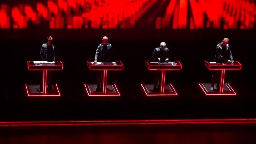 梦回 2015:看看 Kraftwerk 用啥设备呈现了经典的 3D 演奏会