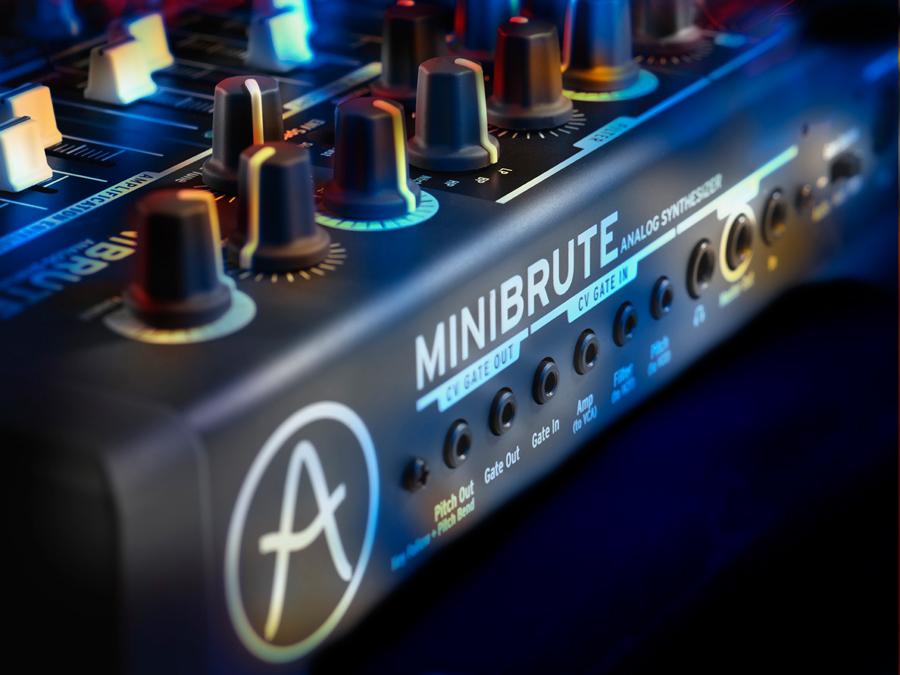 iOS设备观看地址。 MiniBrute 是一个来自 Arturia 的新的模拟合成器,提供纯模拟的方式。 100% 模拟音频信号方式,带有一个 VCO 波形混合器,经典的 Steiner-Parker 多模式滤波器,还有一系列模拟创新,比如 Metalizer,Ultrasaw 和 Brute Factor。拥有完整的 MIDI,CV 以及 USB 连接。 Arturia MiniBrute 预计将在 2012年4月 上市,价格为 549 美元/499 欧元。 Arturia MiniBrute 的特性