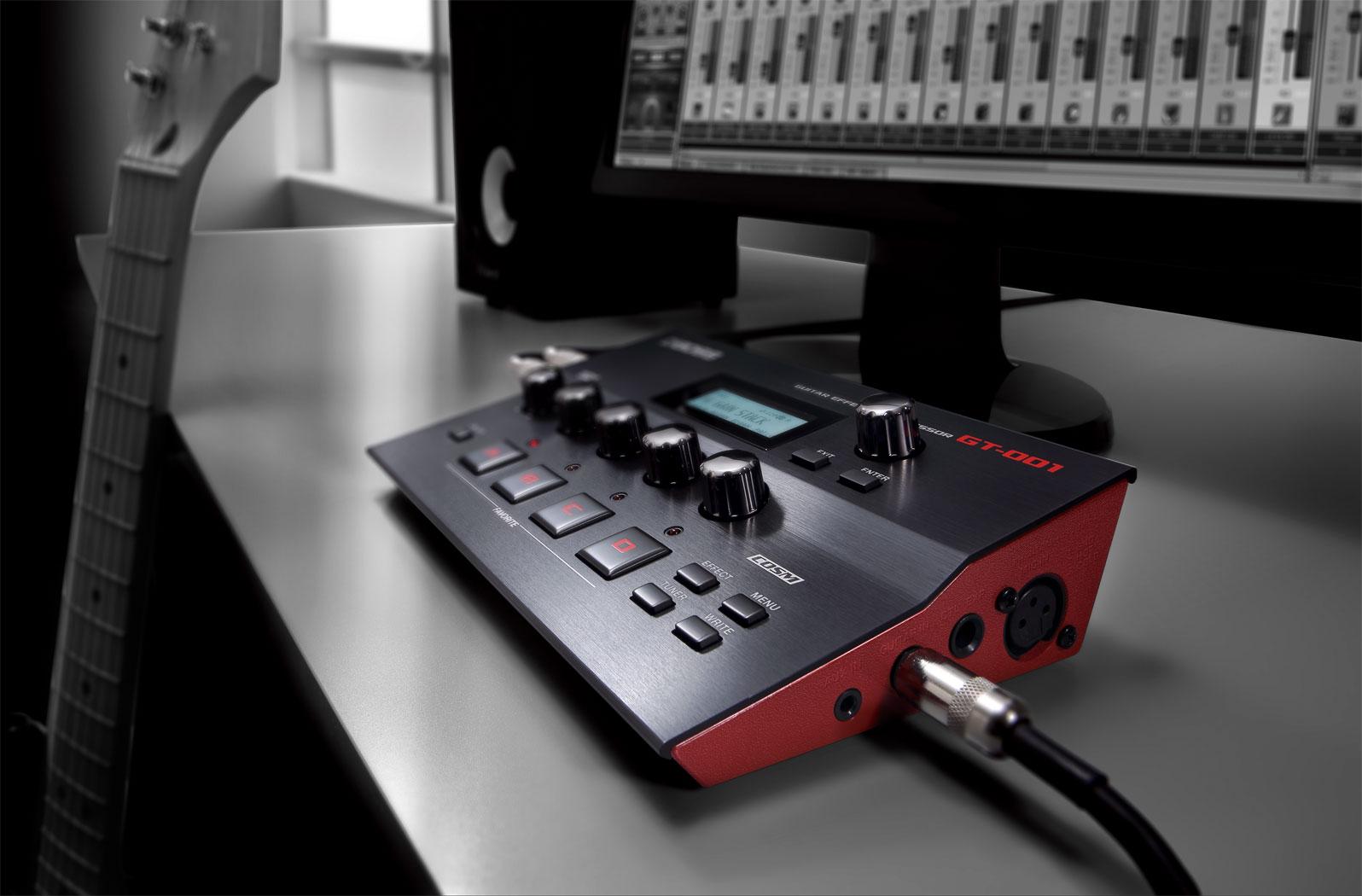 无论用于工作室或移动演出,时尚的GT-001桌面型效果器所配备来自于GT-100 2.0的高品质音箱模拟及效果都将让您得心应手。小巧的机身可以让您丝毫不用担心在工作台上的摆放问题,直观的设计界面让您可以轻松的使用世界级的音色进行录音或练习。除了吉他输入,配有一个XLR话筒输入可以让您录制人声或原声乐器,内置USB音频/MIDI接口可以连接电脑用您喜欢的DAW软件进行音乐制作。