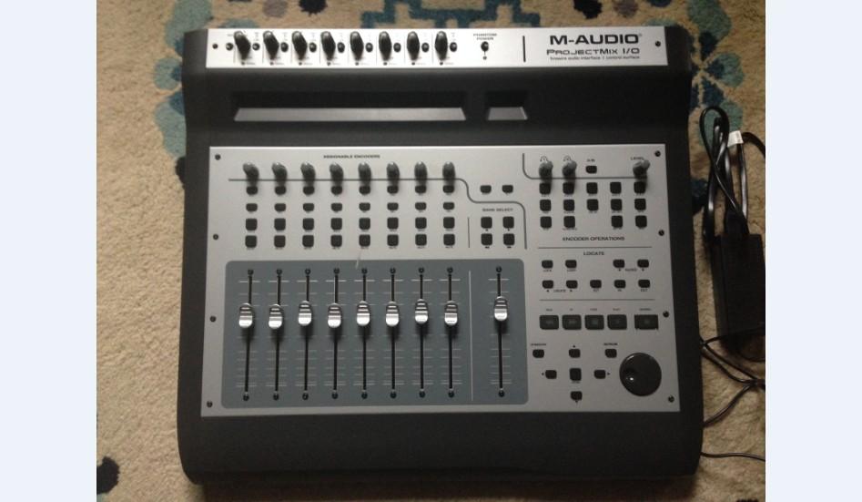 Project mix I/O是一个软件控制器与音频接口的综合产品,可以控制您的电脑和大多数流行的数字音频工作站软件。整合了18 x 14火线音频接口,其中包括了8个mic/line输入。88 ADAT,22 S/PDIF数字同轴接口,几乎可以连接任何机器。八个感应推子可以控制您混音项目文件里面的任何轨道。8个结合LCD参数指示的旋钮可以控制软件里的PAN或者AUX Send之类的参数,甚至直接控制插件效果器。专业的jog/shuttle搜索轮使项目中的导航变得非常方便。支持mackie控制器,logi