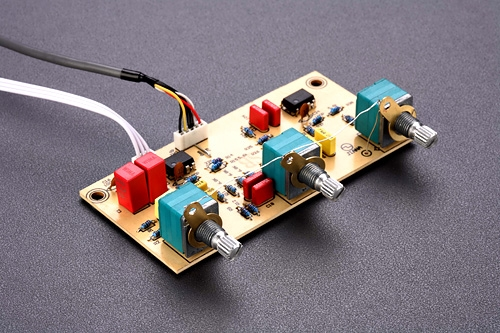 在m200mkii上惠威没有舍弃高低频增益调节电路